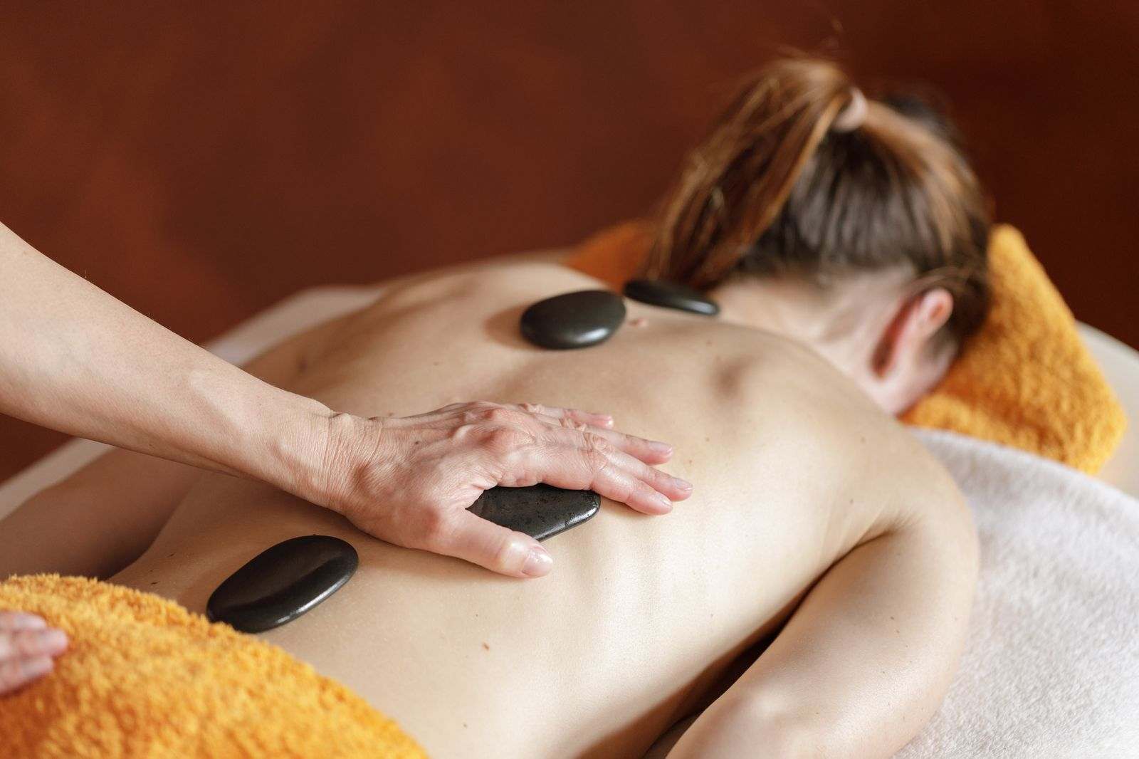 Hot-Stone-Rückenmassage